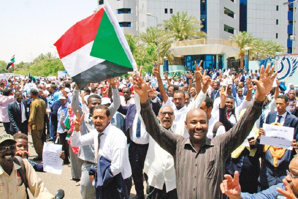 عقوبات تطال العاملين الداعمين للثورة في الخدمة المدنية