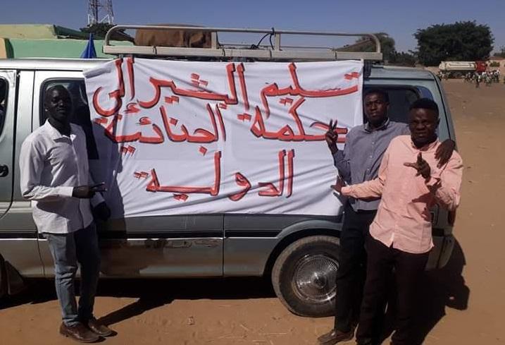 """نازحون بدارفور يطالبون حمدوك بتسليم """"البشير"""" للجنائية"""
