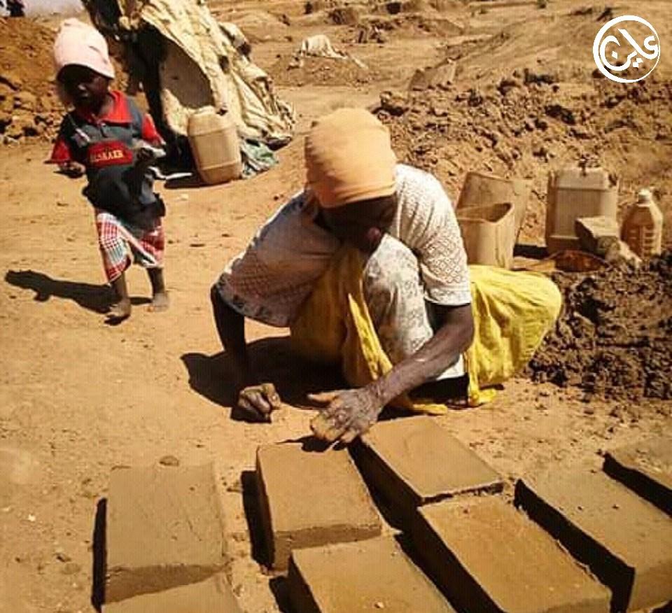 الحرب وحياة النزوح تجبر سيدات وأطفال بدارفور لإمتهان الأعمال الشاقة