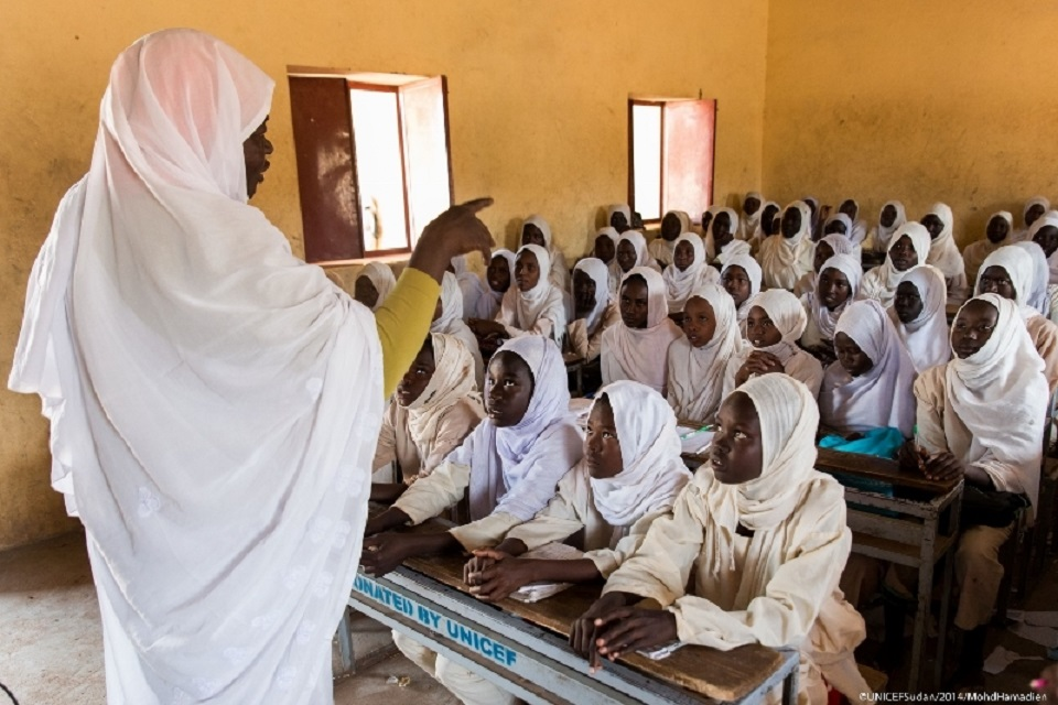 السودان: معلمون يمنحون تلاميذهم لقاحاً طبياً يصيبهم بأمراض والاهالي يحتجون