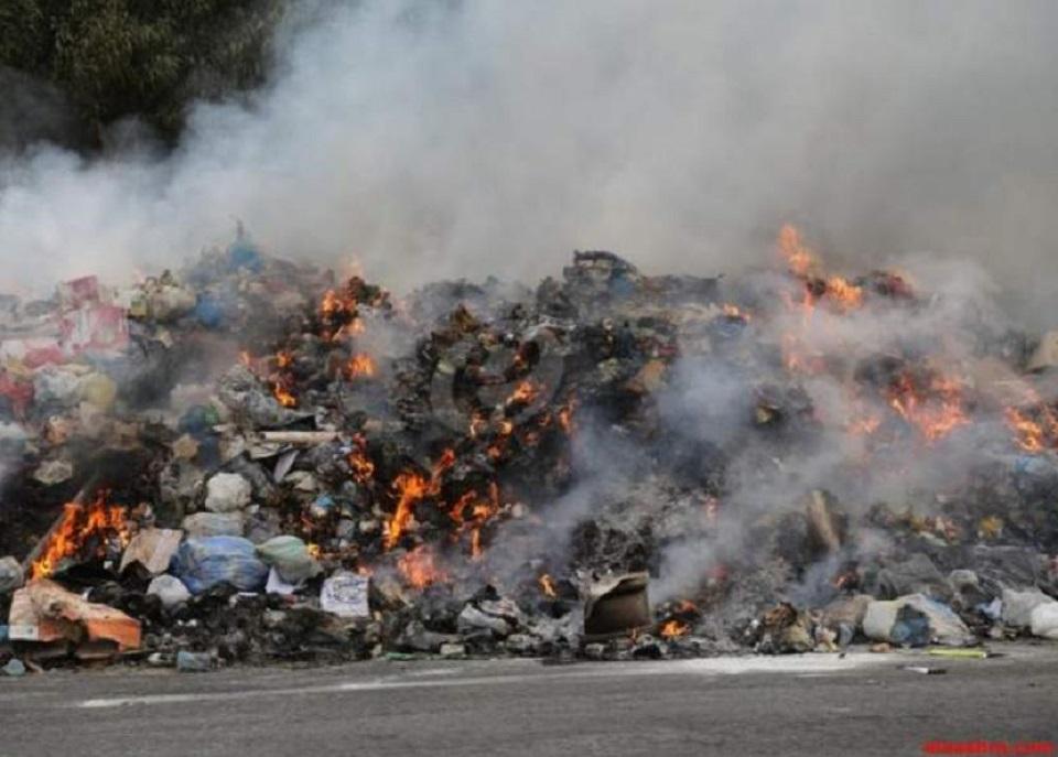 حرق عشوائي للنفايات ينذر بكارثة صحية بمدينة سودانية