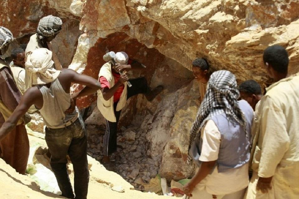 قوات عسكرية تبتز منقبي الذهب شمالي السودان