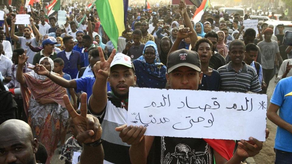 """مظاهرات مناوئة للجنة التحقيق في """"مجزرة القيادة"""" ورئيسها يشكك في نوايا المحتجين"""