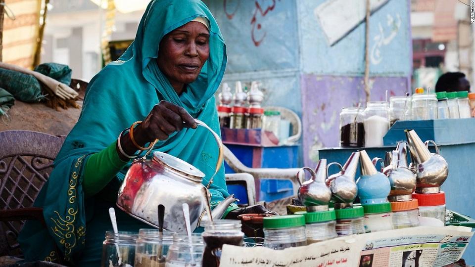 الحكومة السودانية تعد بدعم اقتصادي لبائعات الشاي بعد حظر عملهن