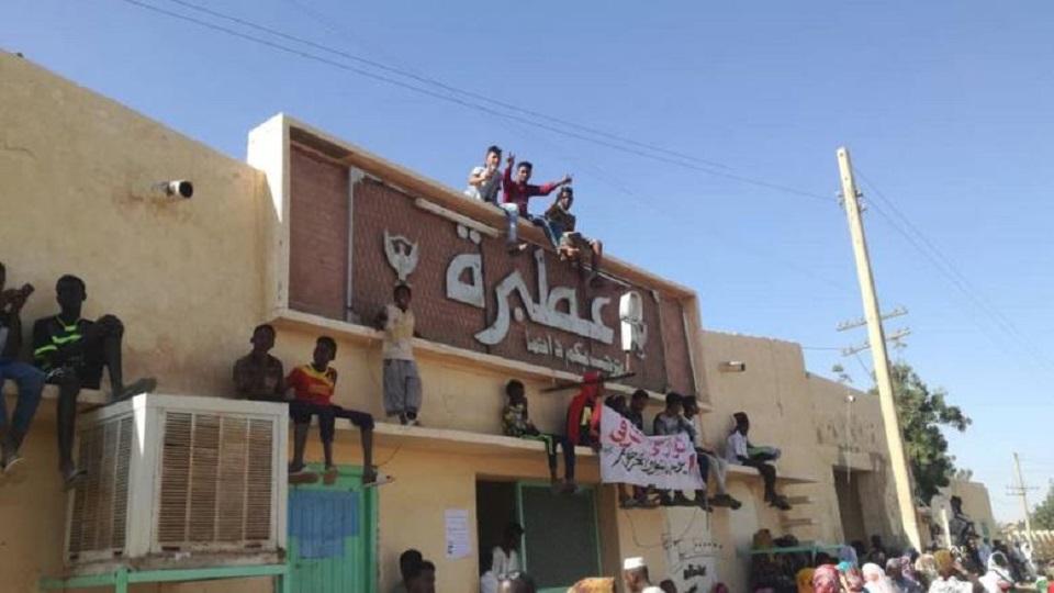 شح في الخدمات ودقيق الخبز يقود سكان عطبرة للإحتجاج