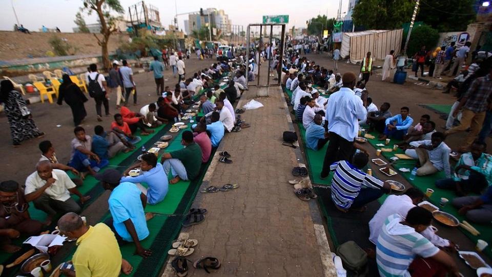 """السودانيون يبدأون """"رمضان"""" في ظروف استثنائية واصابات كورونا تصل لـ""""213″"""