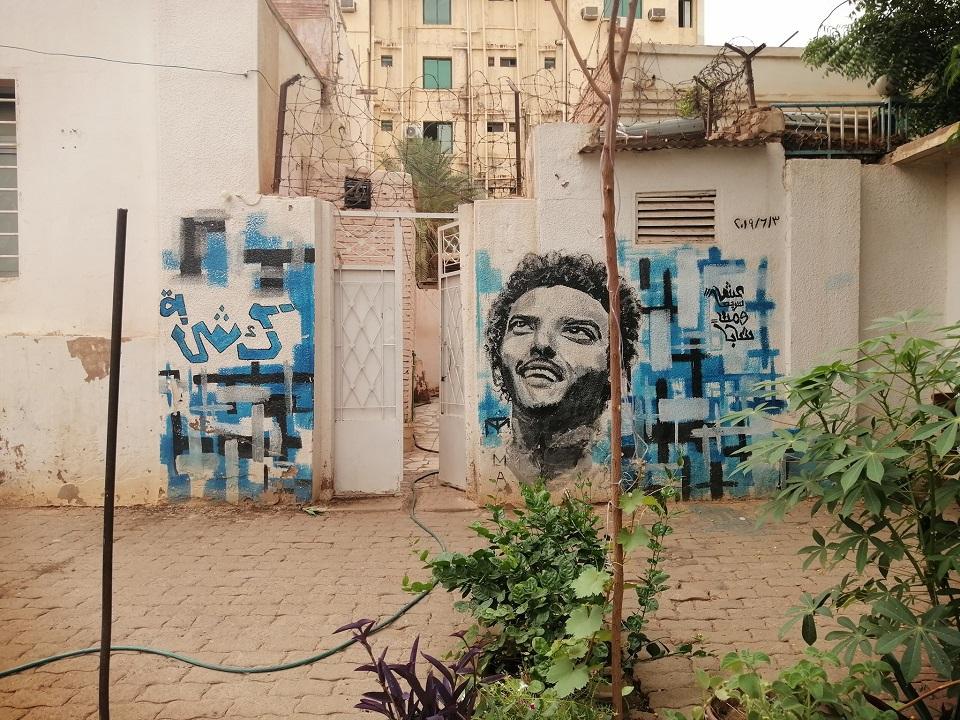 انصار النظام البائد يتظاهرون بالخرطوم ويهاجمون منزل أحد شهداء الثورة