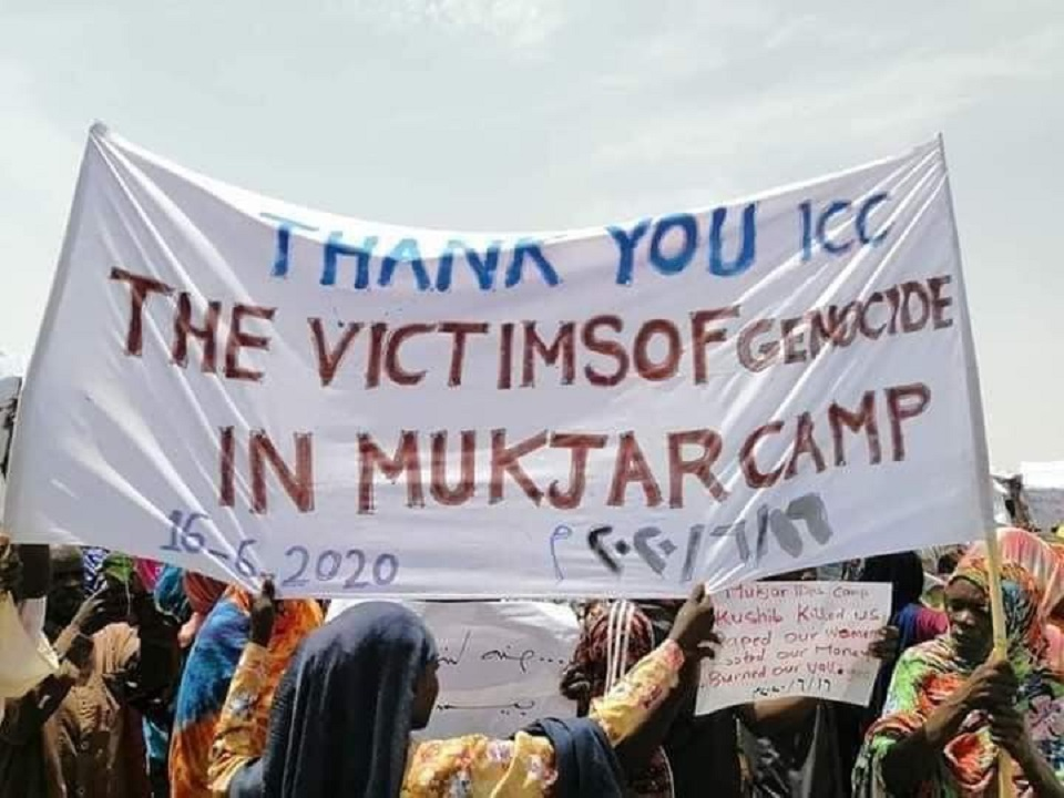 """سكان بلدة بدارفور تضم مقبرة جماعية لضحايا """"كوشيب"""" يتظاهرون لتأييد محاكمته دولياً"""